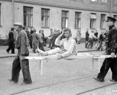 Pommituksen uhria kannetaan ambulanssiin